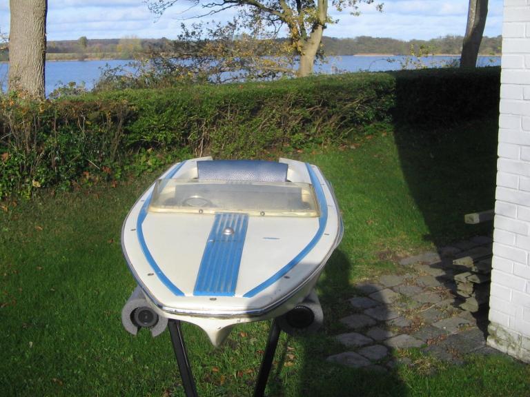 unbekanntes motorboot freizeitboote yachten rennboote. Black Bedroom Furniture Sets. Home Design Ideas