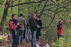 3. Fachkundiges Publikum beobachtet die Rettungsaktion.