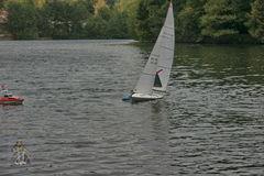 6. Nun ist er allein am Boot, die Seenotretter sichern...