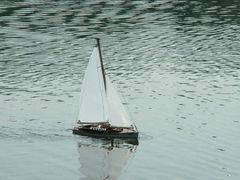 Floh - RC-Segler auf Basis eines kleinen Seifert-Boots - ideal für Leichtwind. Erbauer Bodo Kröll, Modellbaufreunde Düsseldorf.